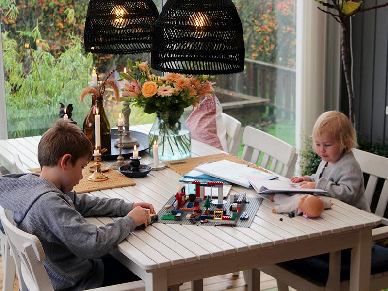 Syyslomaoleilua lasiterassilla lasten kanssa